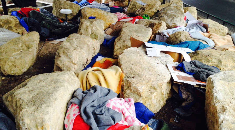 Paris City Hall insists that the boulders are not an anti-migrant measure, but were relocated from another site because of upcoming construction work. © P'tit Dej' à Flandre / Facebook
