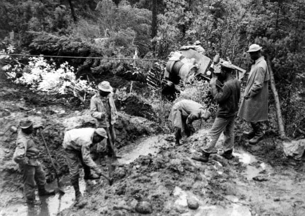 Army Engineers and troops working on the Alaska Highway in 1942. http://url.ie/11p06
