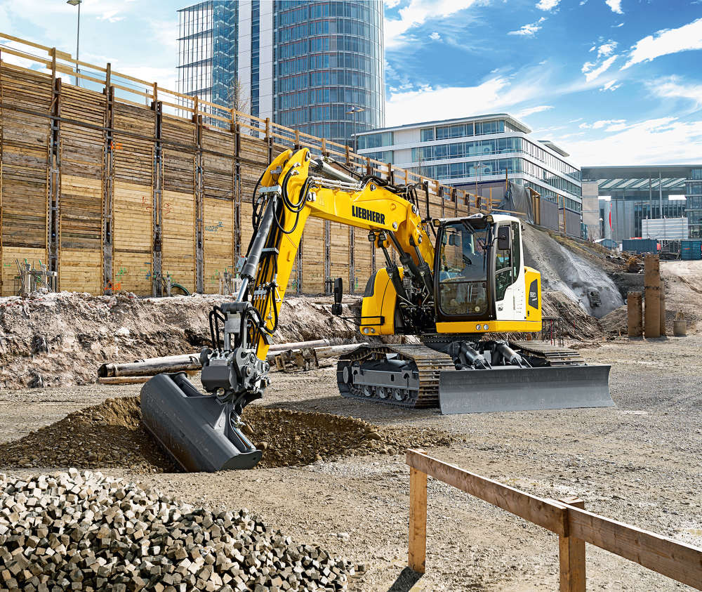 With its short tail swing radius the Liebherr R 920 Compact swing crawler excavator is the ideal machine for use in urban construction sites.