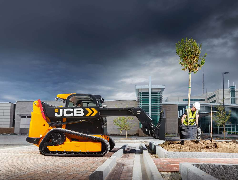 The telescopic boom will allow operators to load trucks without a ramp, reach over kerbing and dig below ground, all with clear visibility