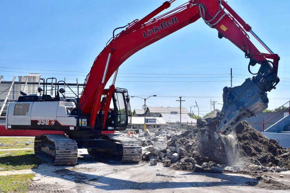 For the demolition job, WTS used a Kinshofer combi jaw processor MQP-45-Y attached to a Link-Belt 350 X4 excavator.
