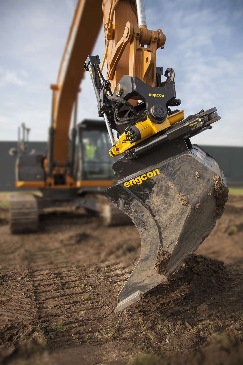 The  iXE CoPilot is an auto-tilt function from Leica Geosystems and Engcon.