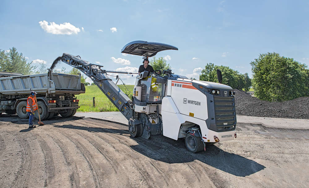 The RAP loading systems on the Wirtgen W 50 Ri has been enhanced for maximum performance and functionality. A large swivel angle, practical quick release coupling and hydraulic collapsible belt simplify workflows tremendously.