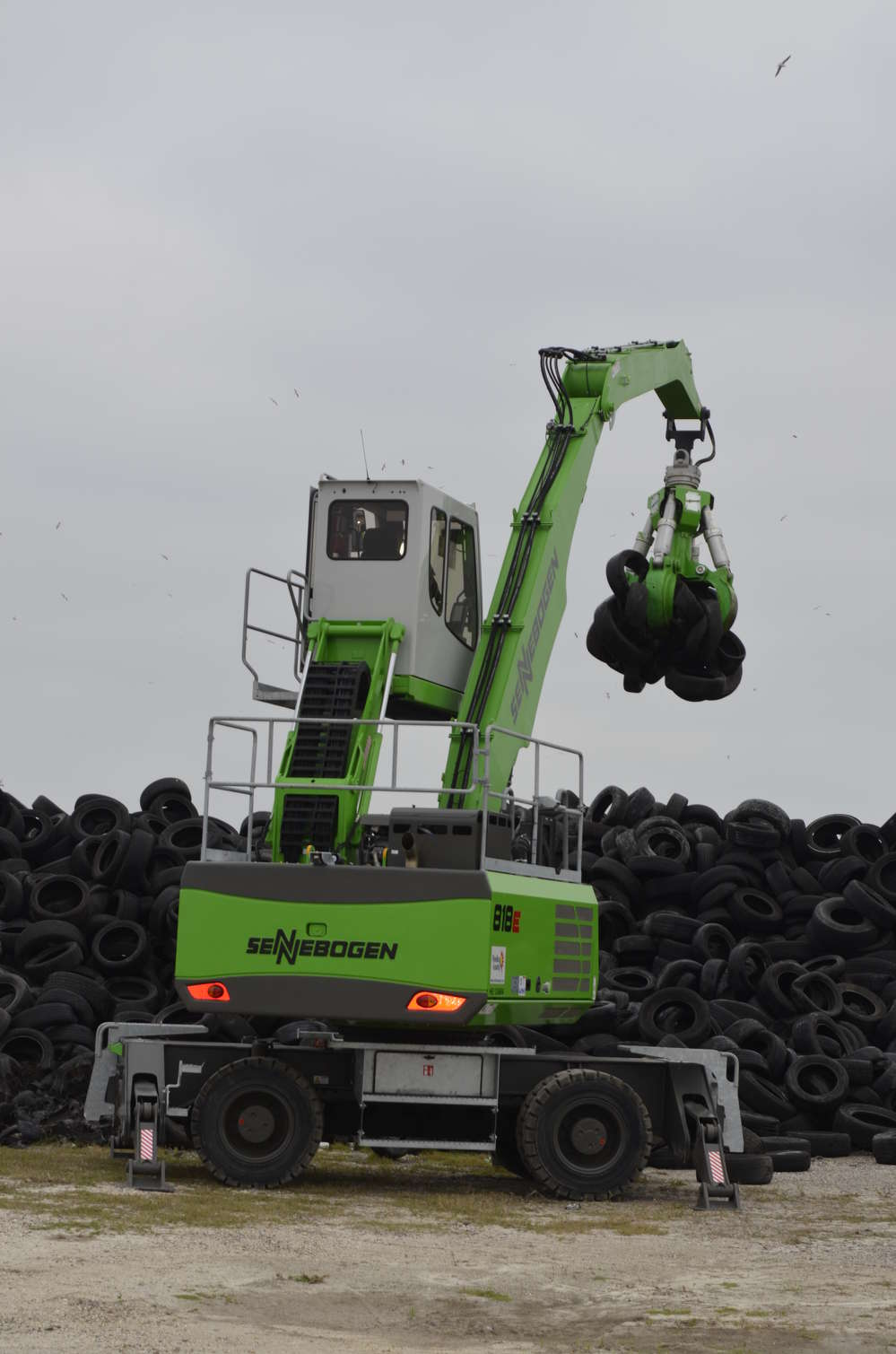 The grapple system of the Sennebogen 818 E is ideally suited for handling tires.