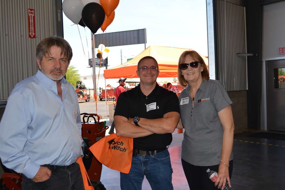 (L-R): William Smith and Billy Hopper of United Rentals talk with Ditch Witch of Arizona owner, Beverly Klingaman.