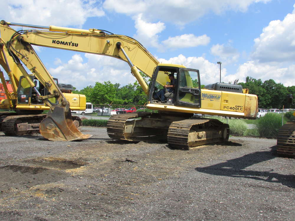 Joe Hill, Joe Hill Construction, Hartley, Del., tests the tracks on this Komatsu PC400LC.