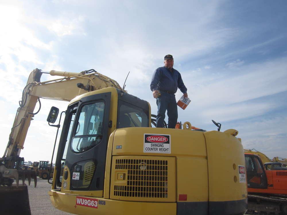 Don Wortmann of Wortmann Excavating gives this Komatsu PC228 excavator a complete inspection.