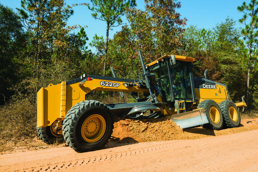 The operating weights of the 620G (40,350 lbs. [18,302 kg]) and 622G (42,060 lbs. [19,078 kg]) are ideal for applications requiring smaller graders.