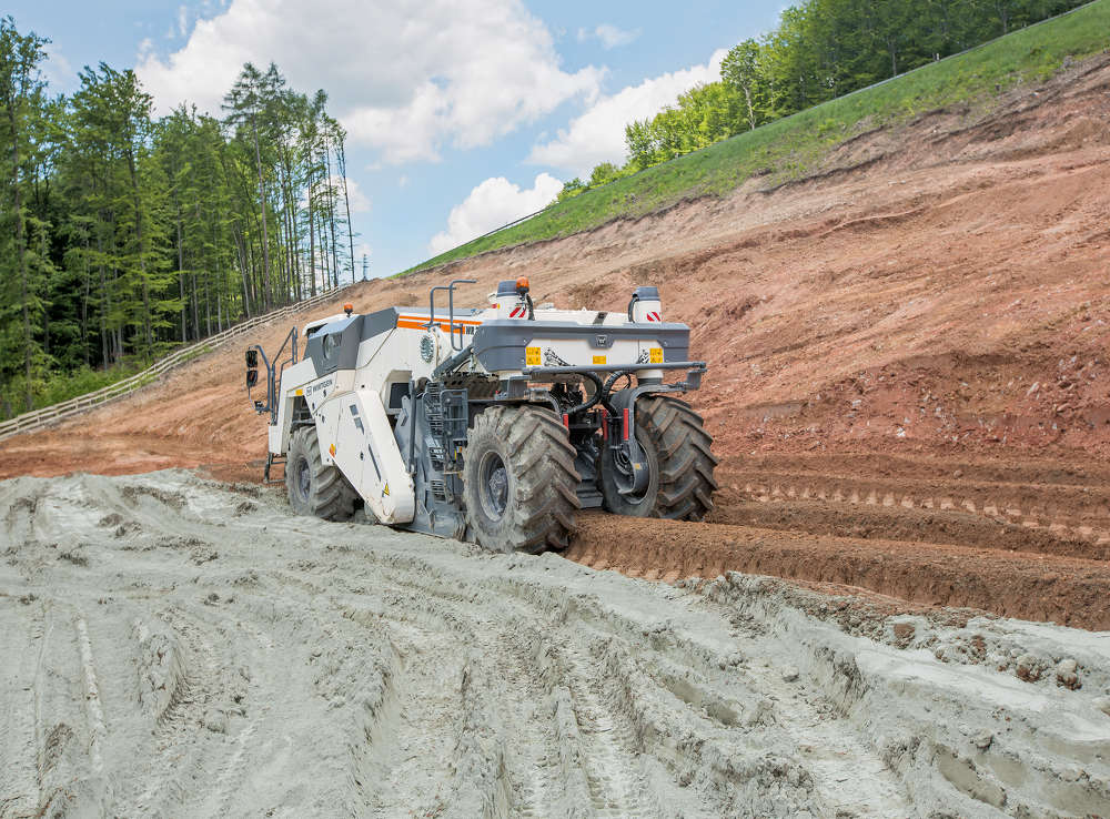 Due to its small dimensions and light weight, the compact WR 200i is easy to transport. Its range of applications extends from soil stabilization to cold recycling.