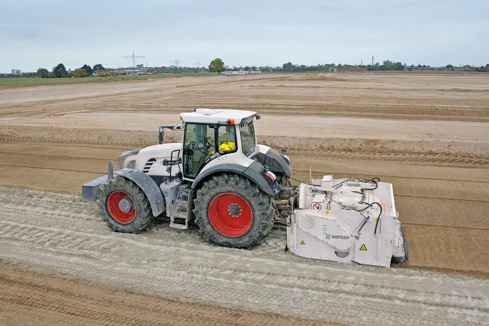 For decades, soil stabilization has been earning its credentials as a low-cost and environmentally friendly process. A well-devised concept and economical operation are key advantages of the compact Wirtgen WS 250. Its low tare weight and compact dimensions facilitate transport to and from the job site.