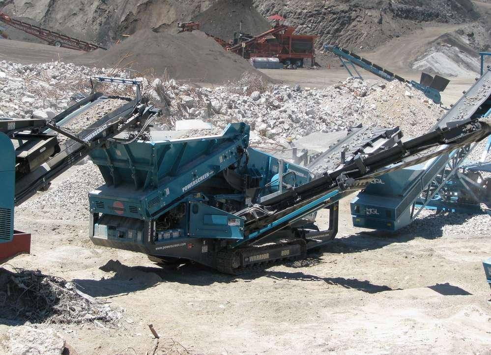 The Powerscreen Warrior 800 screening plant provides screening versatility and complete portability for Rockmonster.us.