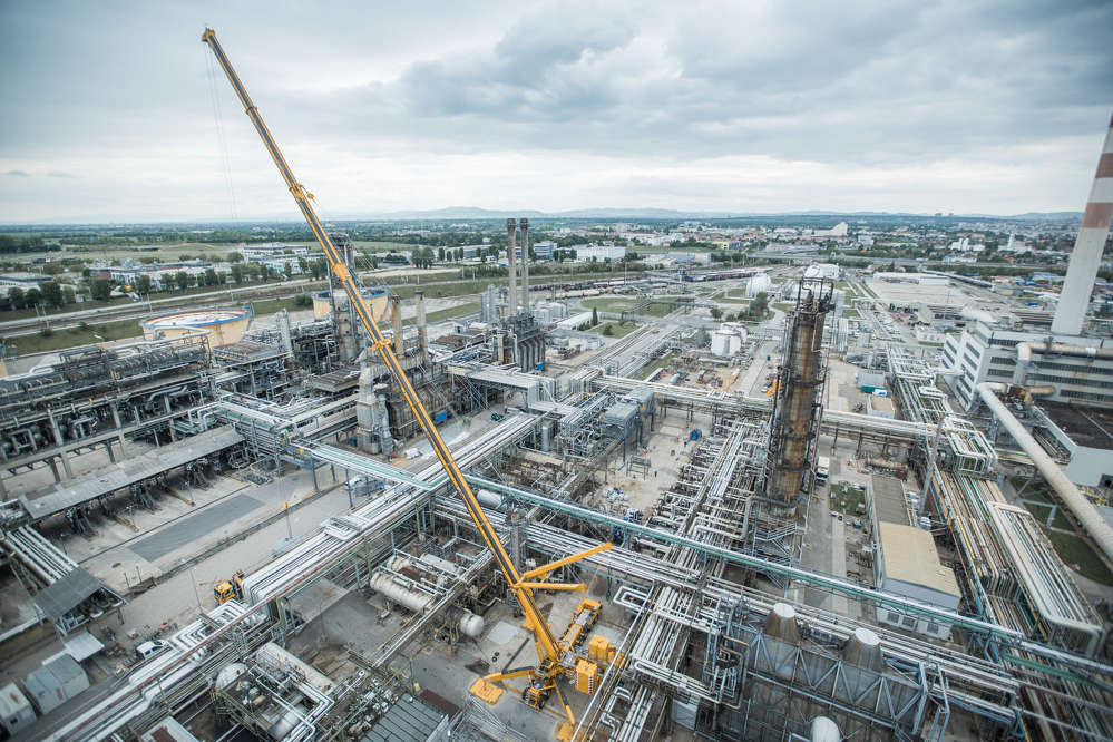Austrian crane service provider Prangl relied on the capabilities of its Demag AC 1000-9 all terrain crane to replace the 13-ton top section of a fractionating column at an Austrian refinery.