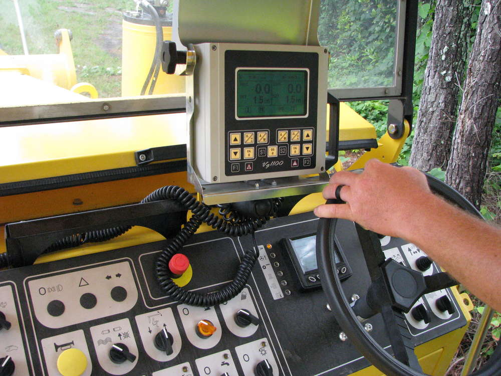The movable machine console allows for resetting the cutting depth and is usable in the cab workstation or at the ground level.