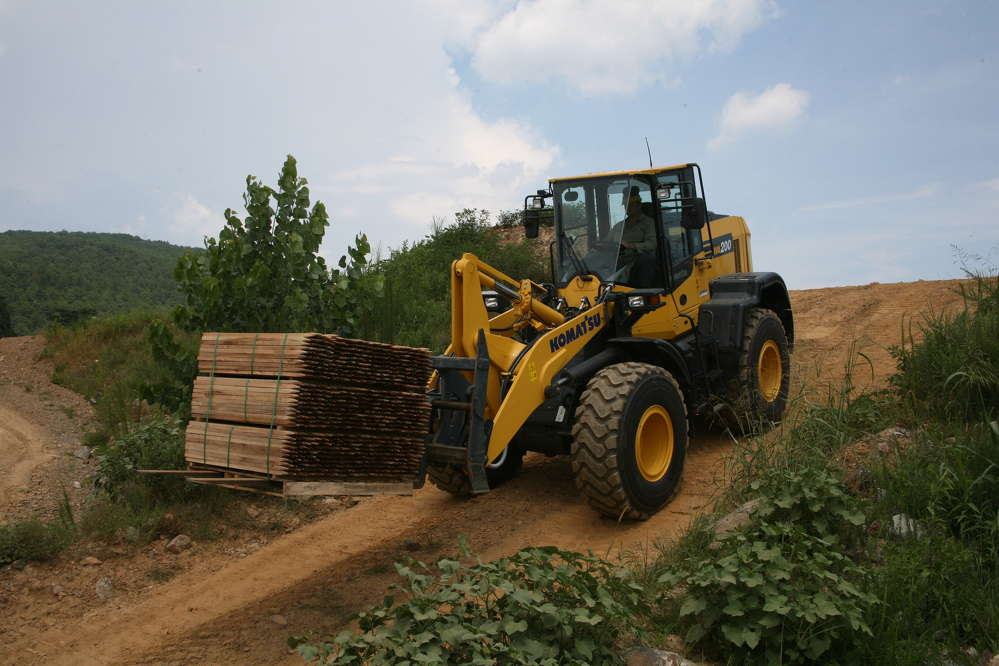 Useful many applications from pallet handling to hard digging, The WA200-8's fuel consumption drops by up to four percent in V-cycle as well as load-and-carry applications.