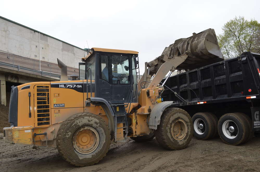 Hyundai's 757-9 loader was a perfect match for Metro Green's confined space restrictions.