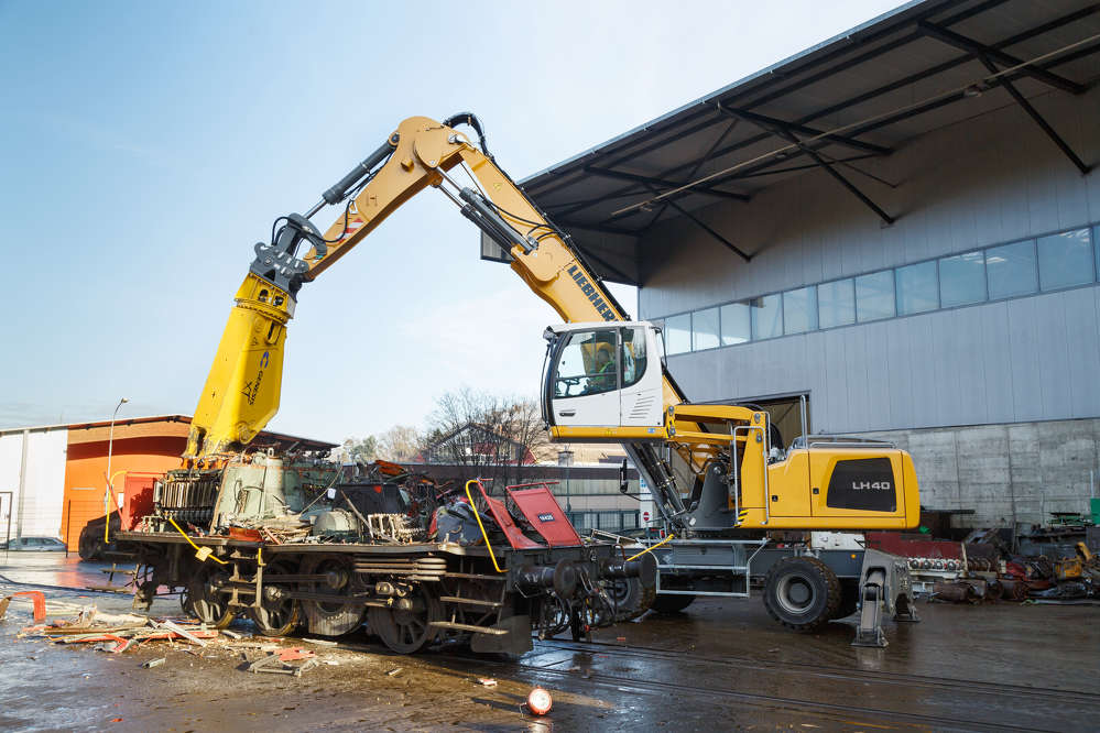 Loading a concrete mixing plant with the LH 40 M Industry Litronic.