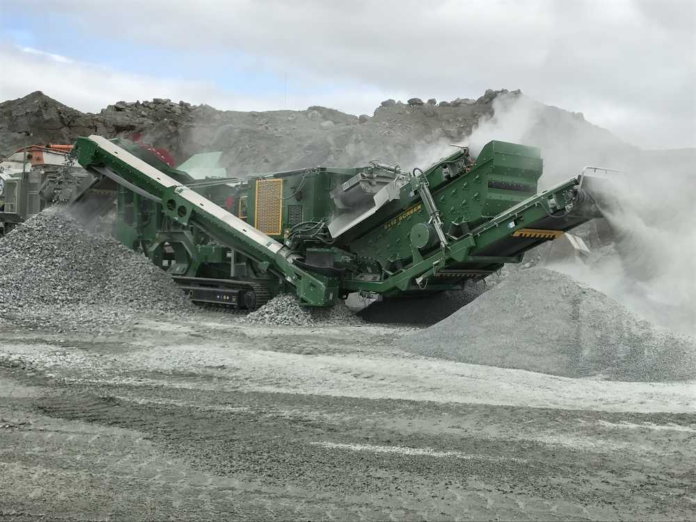 The I44Rv3's radial return conveyor features full length dust suppression control, allowing operators to recirculate oversize material from the screenbox back to the feed hopper or radial a complete 90 degrees while running.