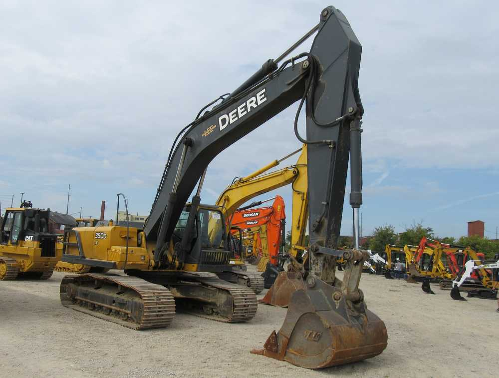 Along with a wide selection of excavators on the block at the auction, this John Deere 350D brought active bidding.