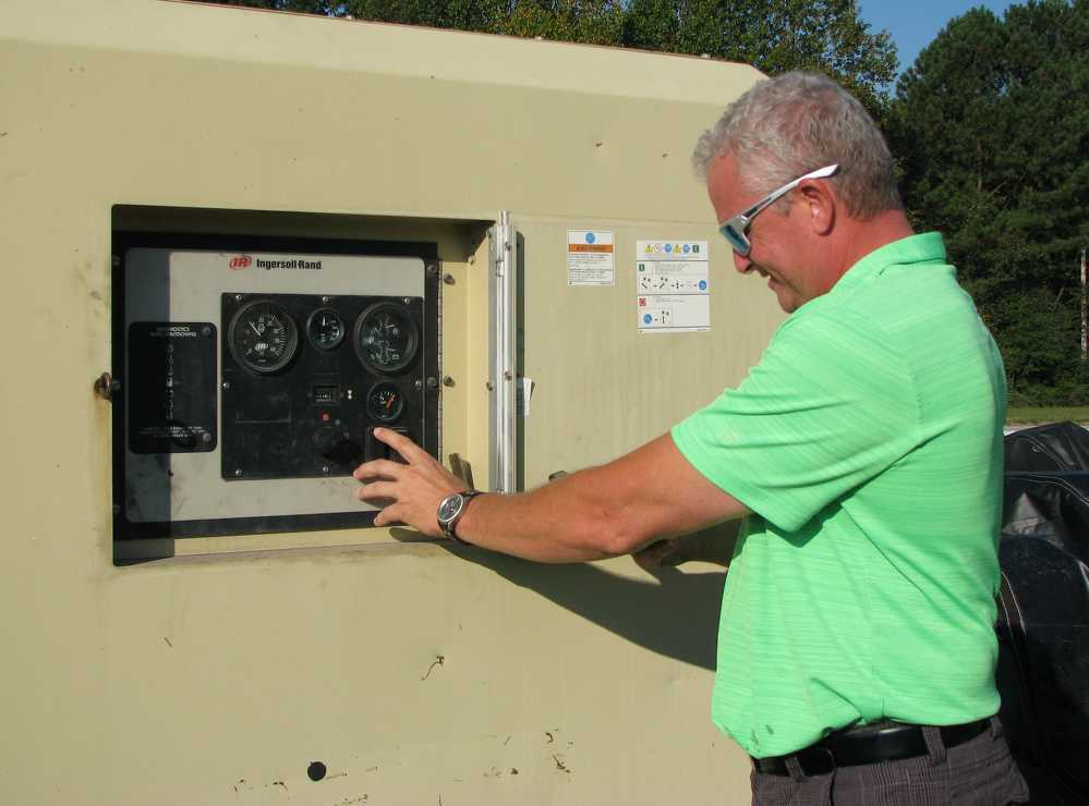 Duncan Hunt of Duncan Machinery, Mableton, Ga., starts up a big Ingersoll Rand compressor.