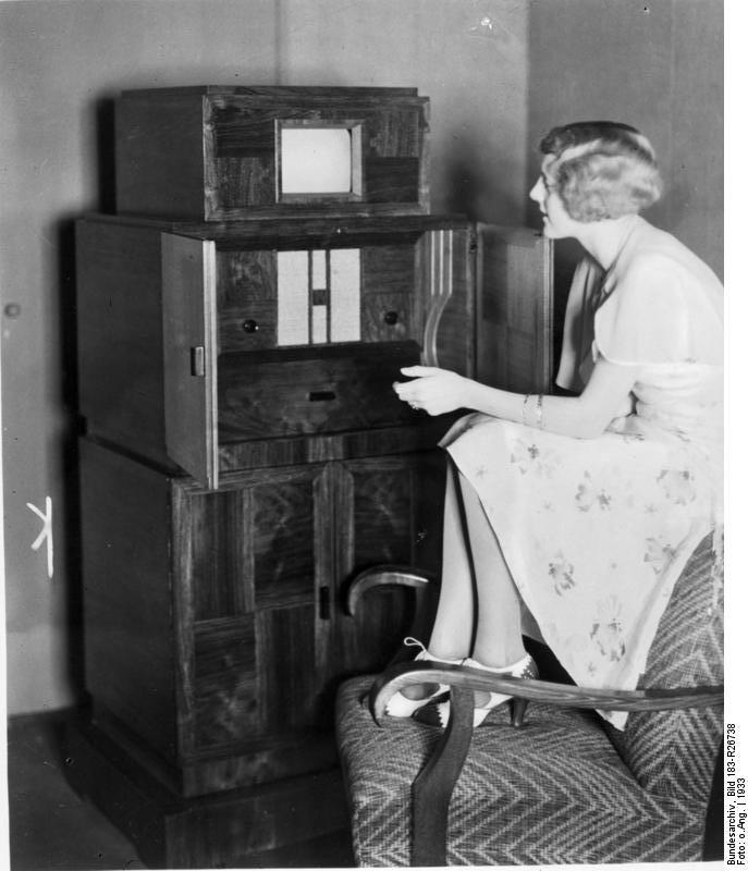 Bundesarchiv_Bild_183-R26738,_Kombinierter_Fernseh-_und_Rundfunkempfänger