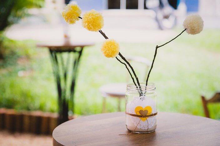 Outros potinhos de vidro também podem ser enfeitar a mesa. Tereza Pires usou pompons (crédito da foto: Mariana Leal Fotografia)