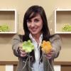 Aprenda com este vídeo a decorar luzes de LED com miniflores de papel