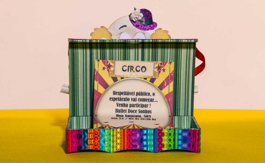 A mistura de técnicas de scrap e cartonagem foi utilizada por Hélvio e Claudia para criar uma decoração toda de circo