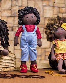 Bonecas negras ajudam crianças na construção da identidade