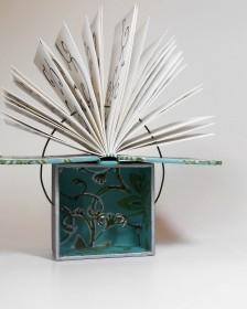 Exposição de Gabriela Irigoyen lança um novo olhar para os livros de arte