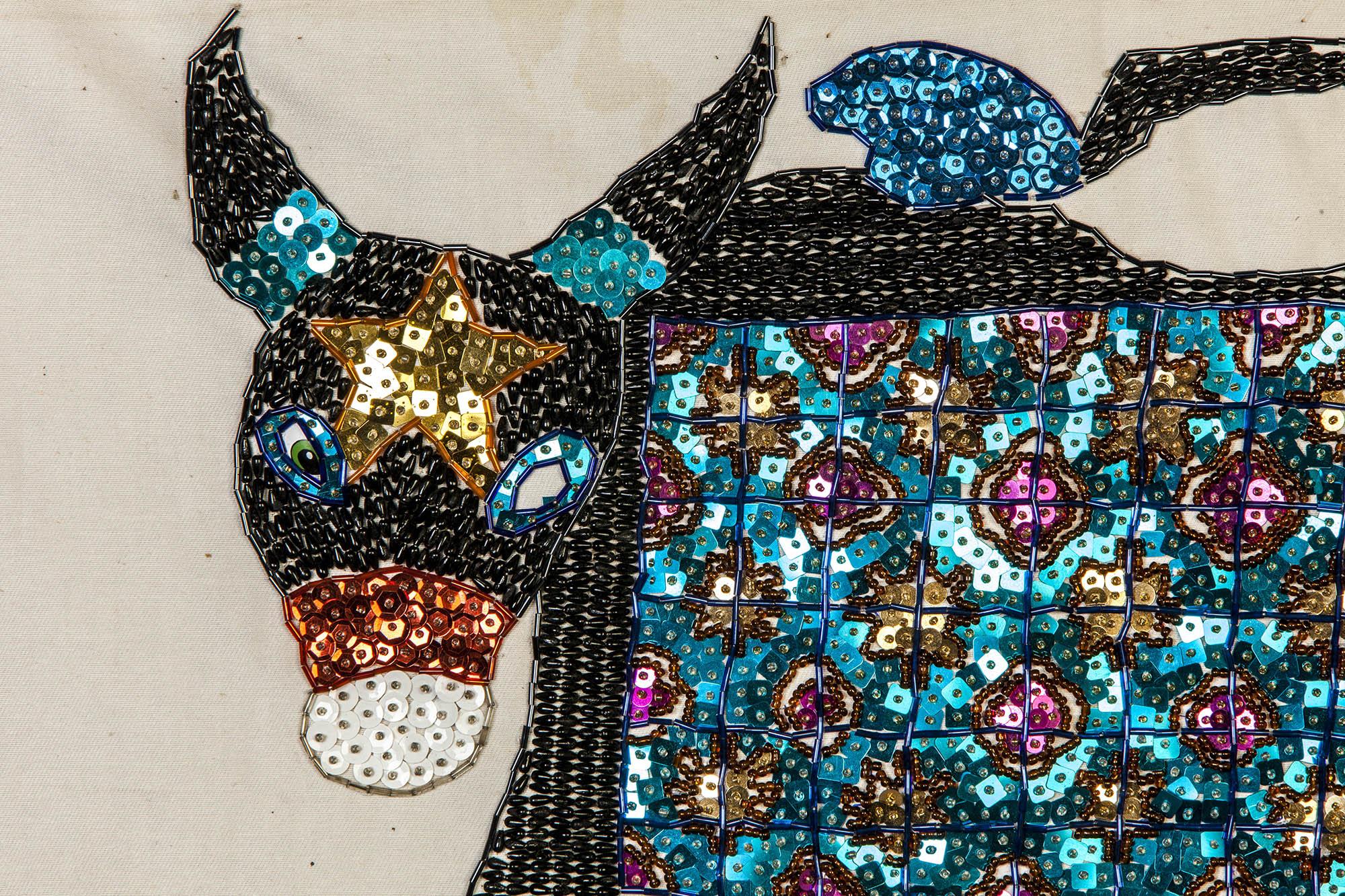 Em Paço do Lmiar, no Maranhão, Douglas Lopes produz peças bordadas com a esposa e as filhas: ponto cruz, bordado com canutilhos e miçangas (crédito da foto: Marcos Muzi)