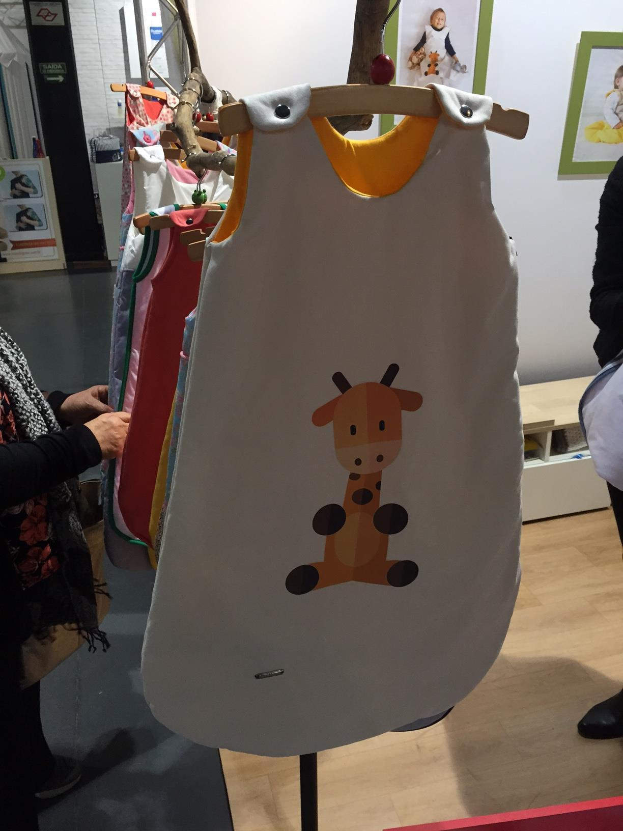 Estampas de animaizinhos fofos, como essa girafa da foto, seguem sendo tendência. Aposte!