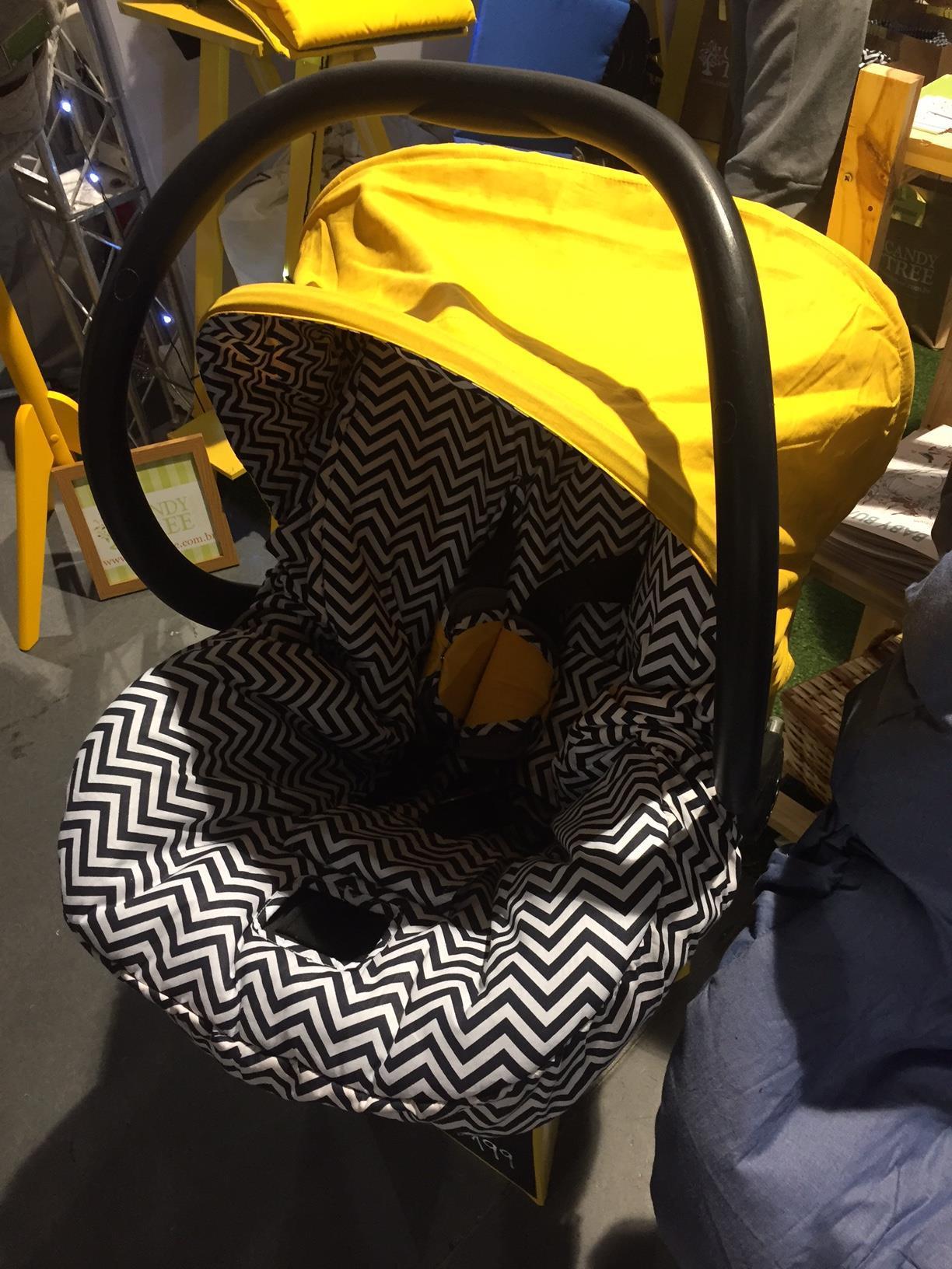 Carrinhos de bebê com cores neutras e estampas geométricas