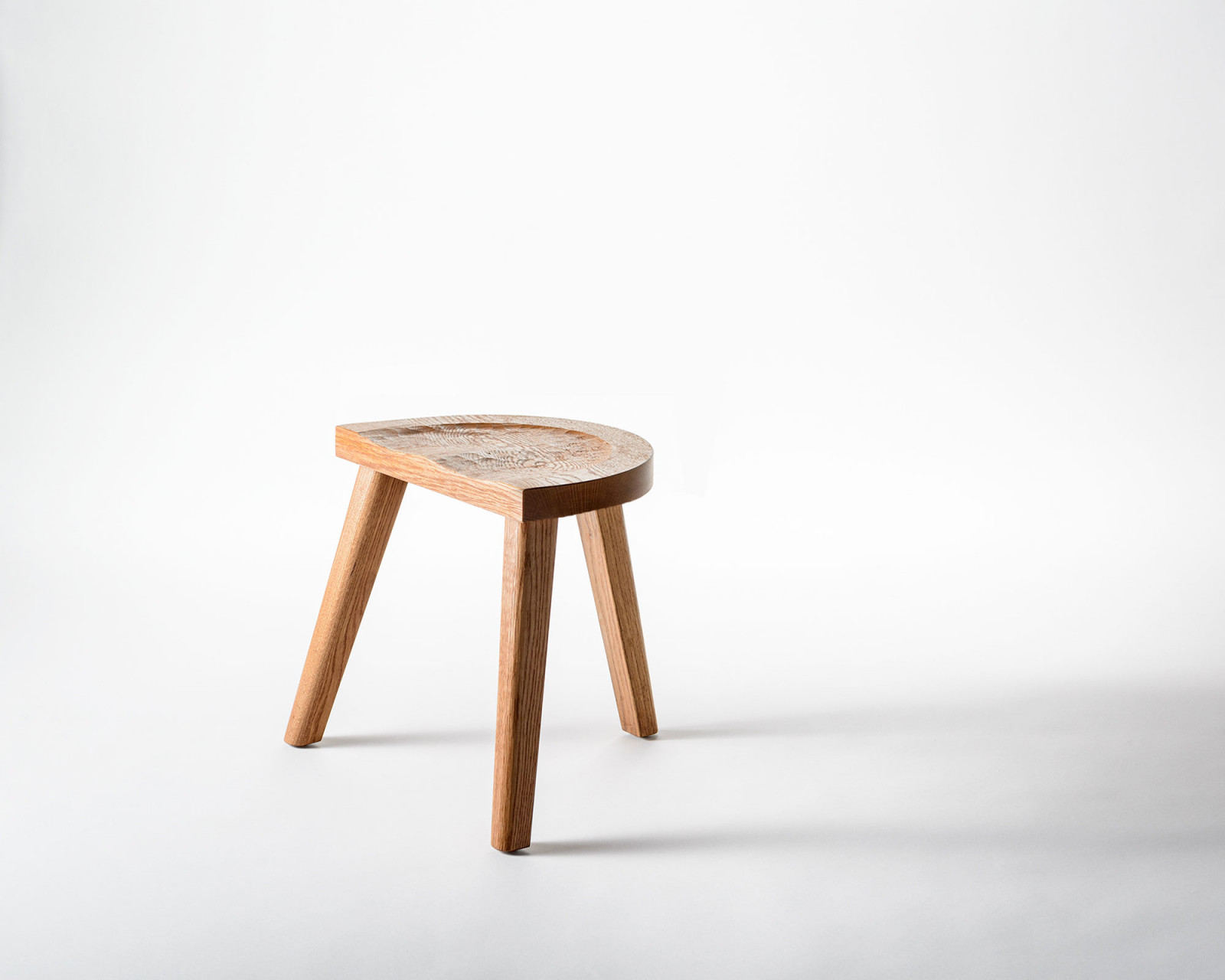 The Backless Stool with three legs - Furniture Marolles / Carneros Studios
