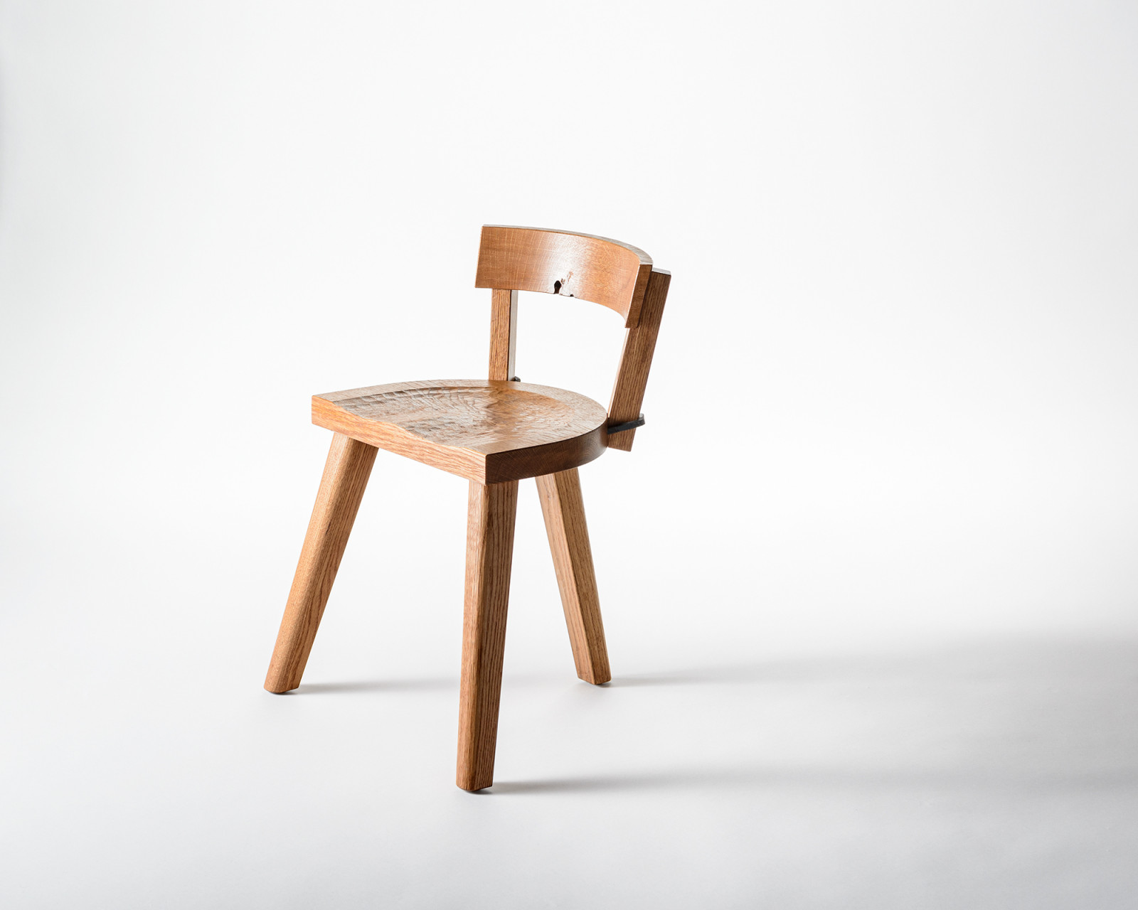 The Chair with three legs - Furniture Marolles / Carneros Studios