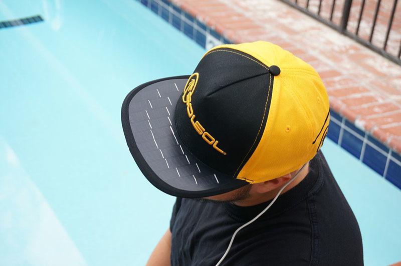 Una gorra que carga tu móvil con energía solar