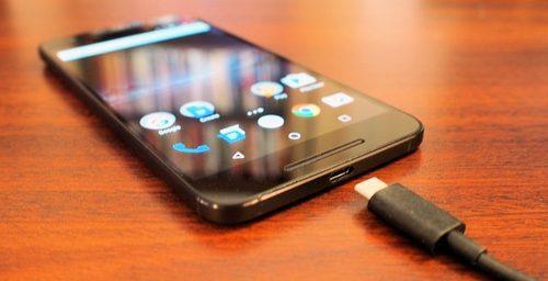 Riesgos de cargar el celular en los USB públicos del aeropuerto