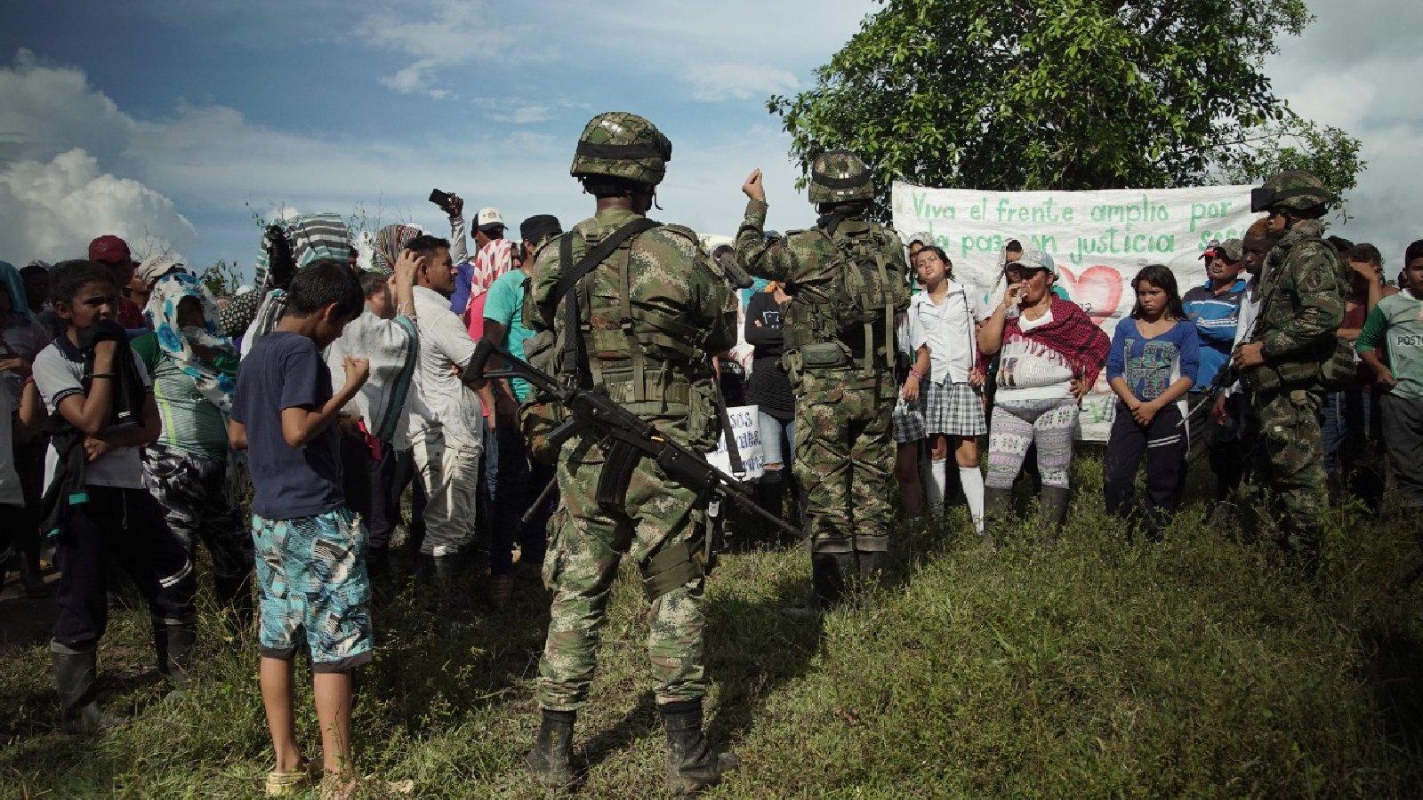 El video que muestra la tensa relación entre el Ejército y los campesinos del Guaviare
