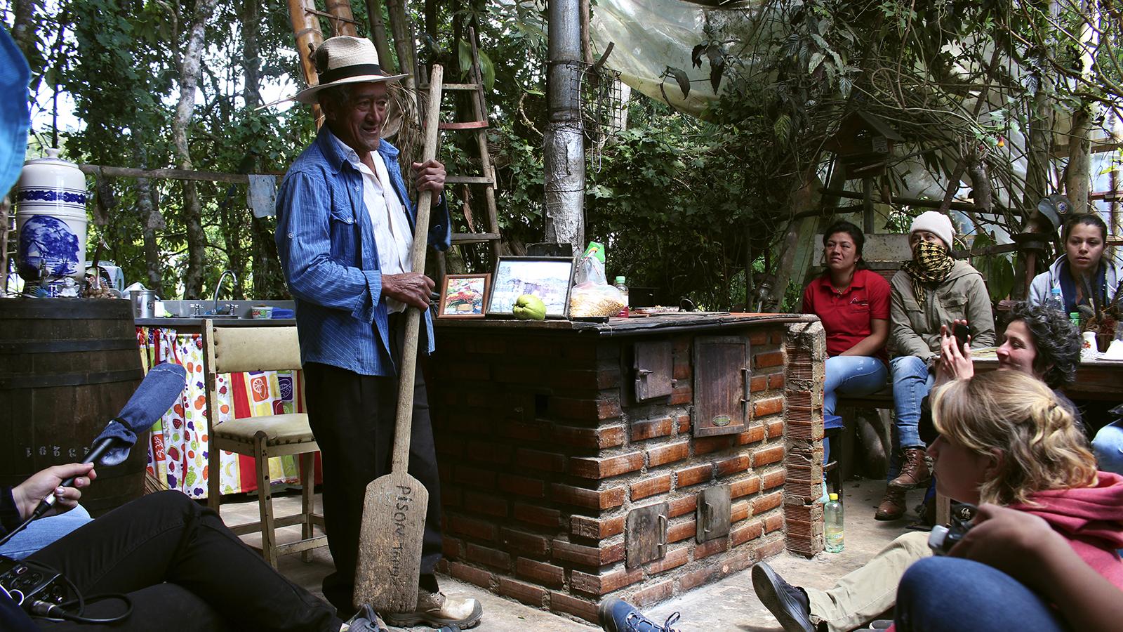 Jóvenes narran a Santa Elena más allá de las flores
