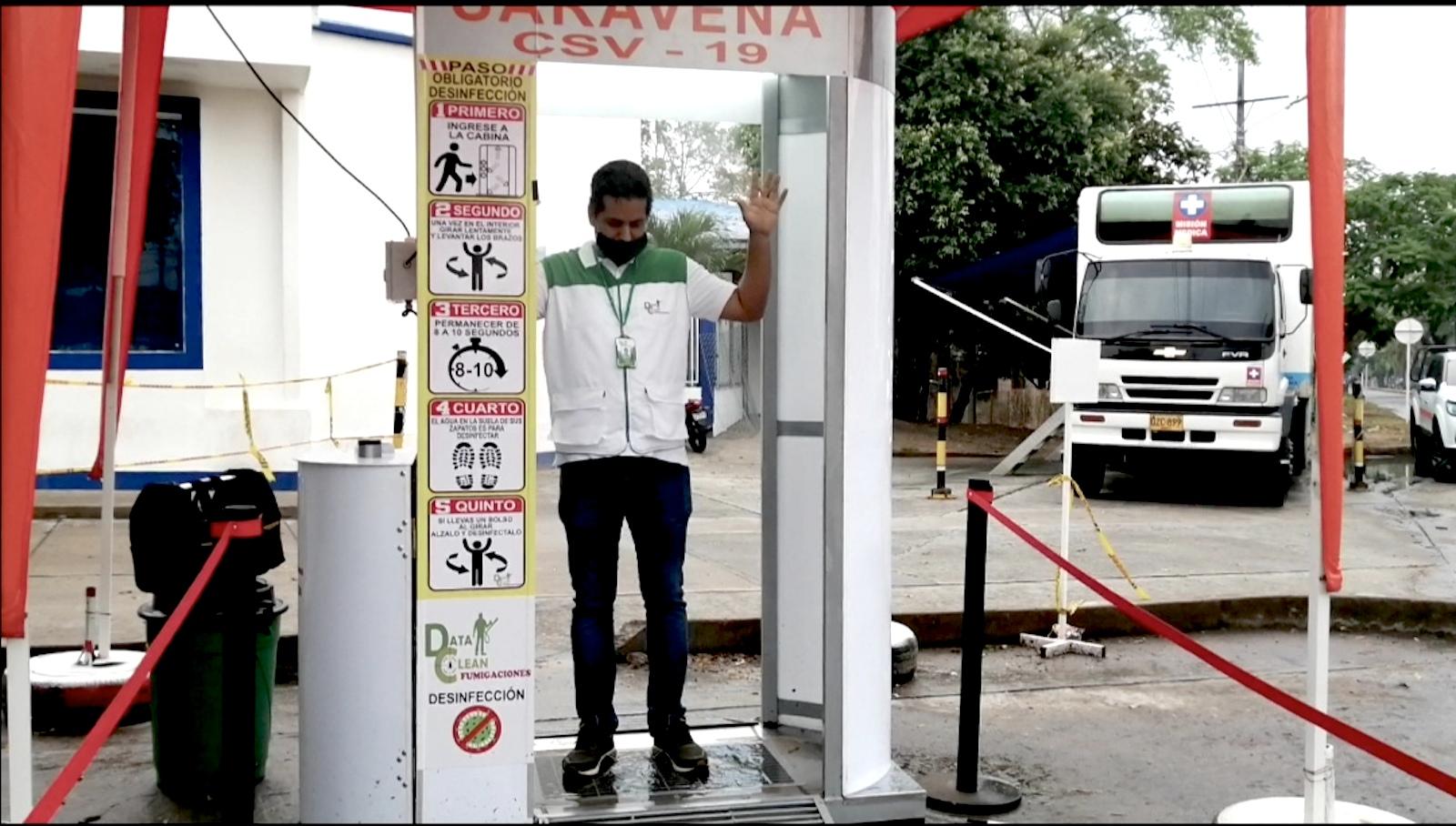 Covid-19: la cabina de desinfección que se inventaron en Arauca
