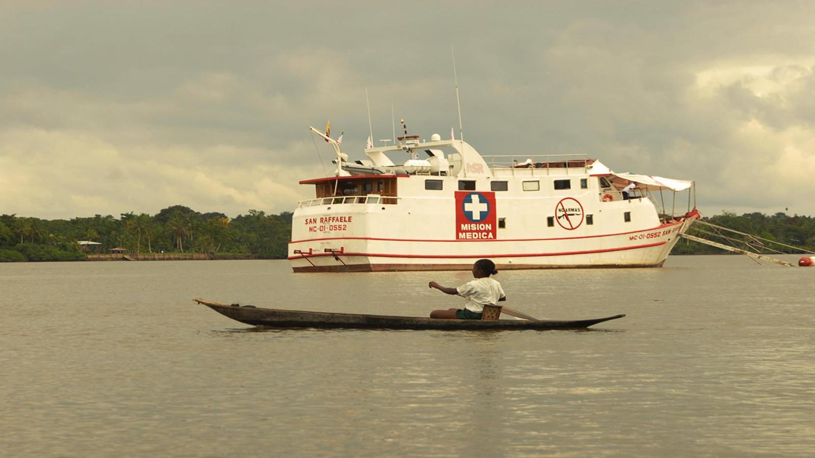 El barco hospital que navega los ríos del Pacífico