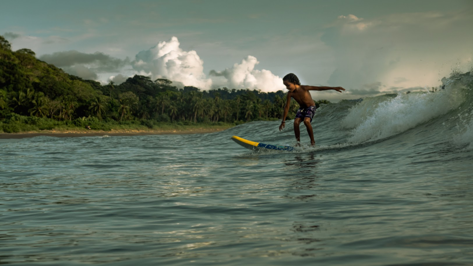 Surfeando sueños en el mar chocoano