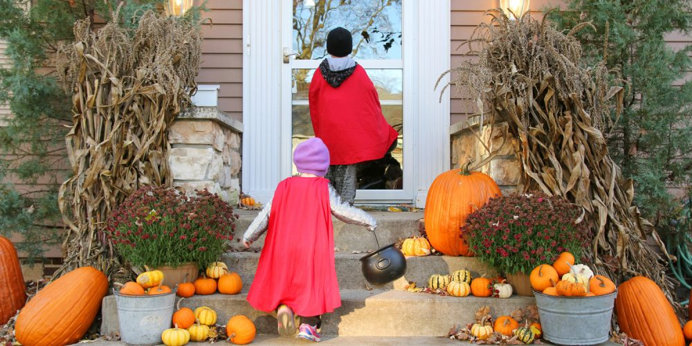 Halloween Decorating 6 Smart Ways To Prep Your House For Parties - Use-pumpkins-to-decorate-your-house-for-halloween