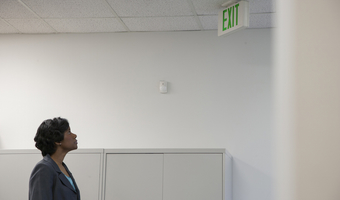 Woman looking at exit sign htuw4ulahs