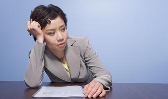 Tired businesswoman in office bfxxrnz0hj