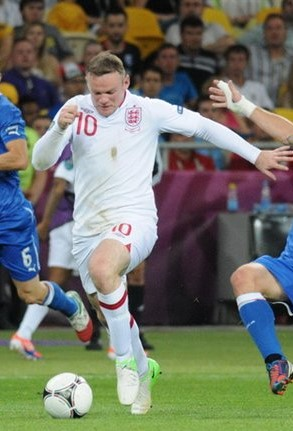This image has an empty alt attribute; its file name is De_Rossi_tackle_on_Rooney_England-Italy_Euro_2012-2.jpg