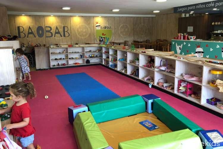Juegos para los niños, café para los padres en Baobab Café