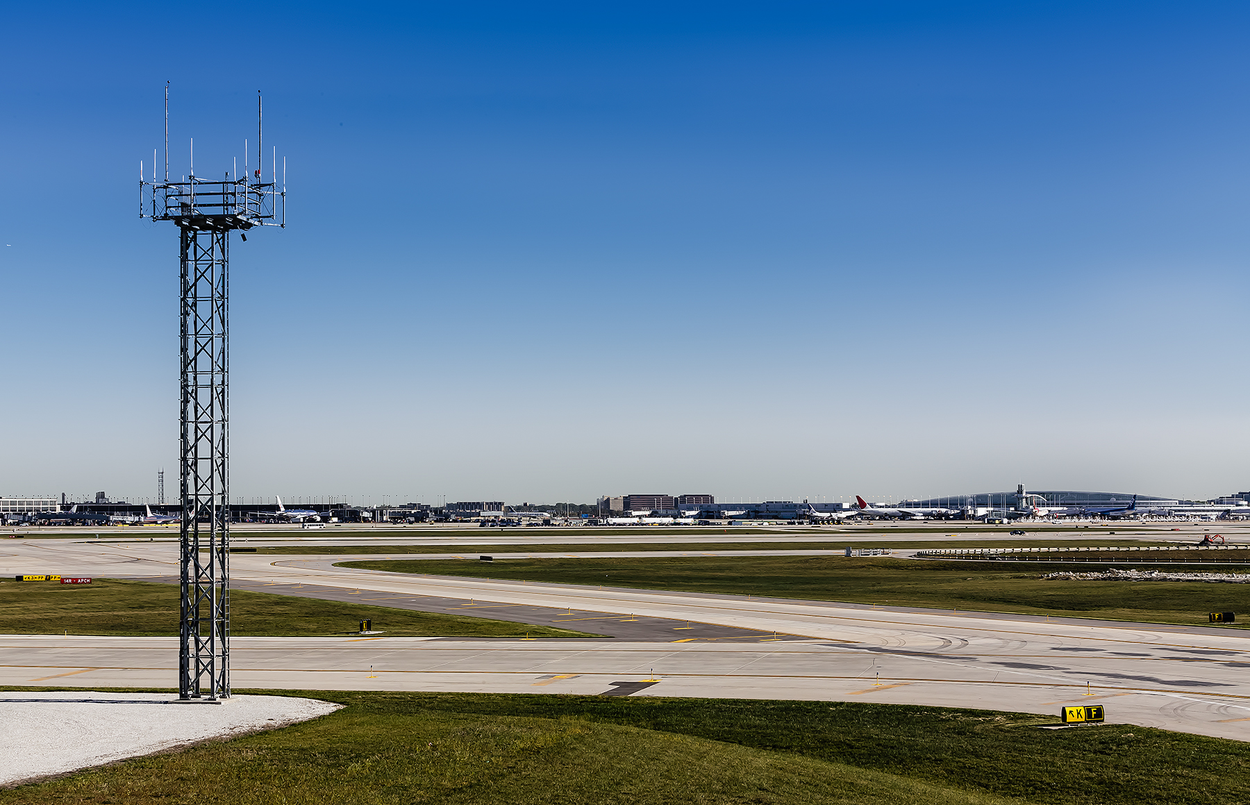 04-OHare-Taxiway-ZS-Chicago-Illinois-Ele