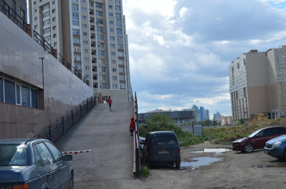Вид на левый берег со двора жилого дома Момышулы 15/3.