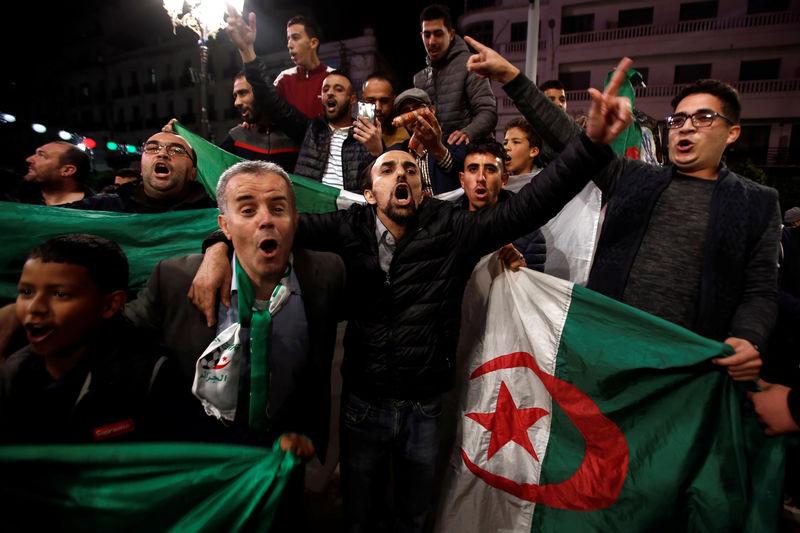 Жители Алжира празднуют отставку президента Абдельазиза Бутефлики