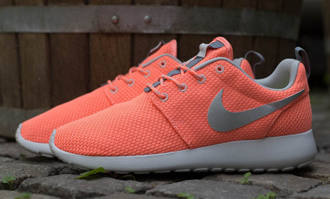 Nike WMNS Roshe Run  Atomic Pink  Metallic Silver